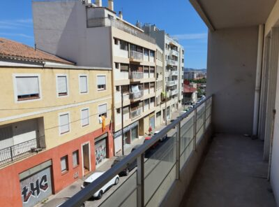 Appartement Type 4 au 1er étage d'un immeuble avec terrasse et loggia